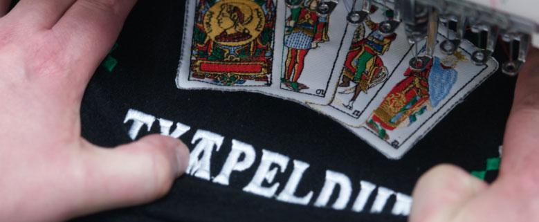 bordado-txapela-con-aplique-cartas-de-mus