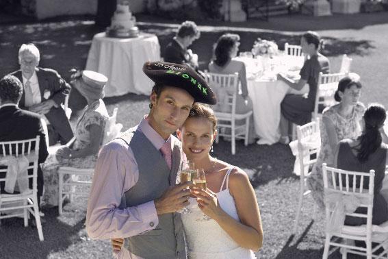 txapela-bordada-boda-escena-novios-brindando