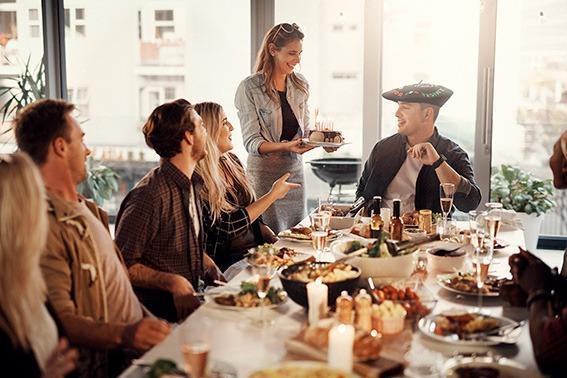 comida-amigos-festejo-cumpleaños-regalo-txapela-bordada
