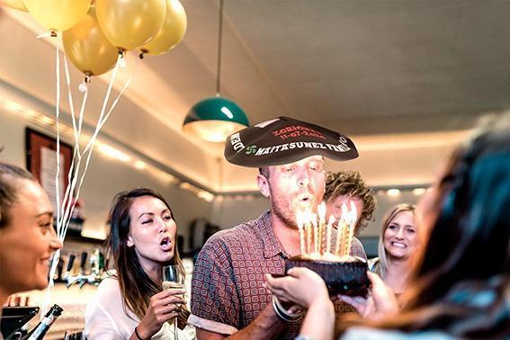 festejo-cumpleaños-soplando-velas-con-txapela