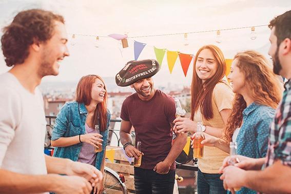 reunion-amigos-festejando-con-txapela-regalo